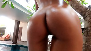 Attractive lady with nice booty Hiromi loves teasing herself forth the pool