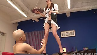 Riho Hasegawa drops on the brush knees to give devotee increased by gets fucked